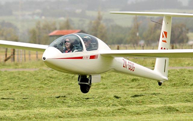 Another aviator is hooked by a spectacular trial flight experience! Photo by Murray Wilson, The Manawatu Standard. Published with permission.